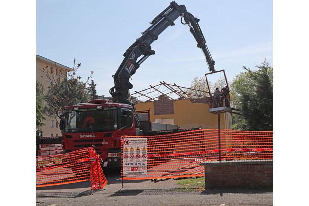 Operai al lavoro per la demolizione della chiesetta dell'Arcella