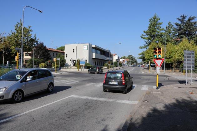 Lampeggianti ai semafori e accensione sfalsata del verde per tutelare pedoni e ciclisti