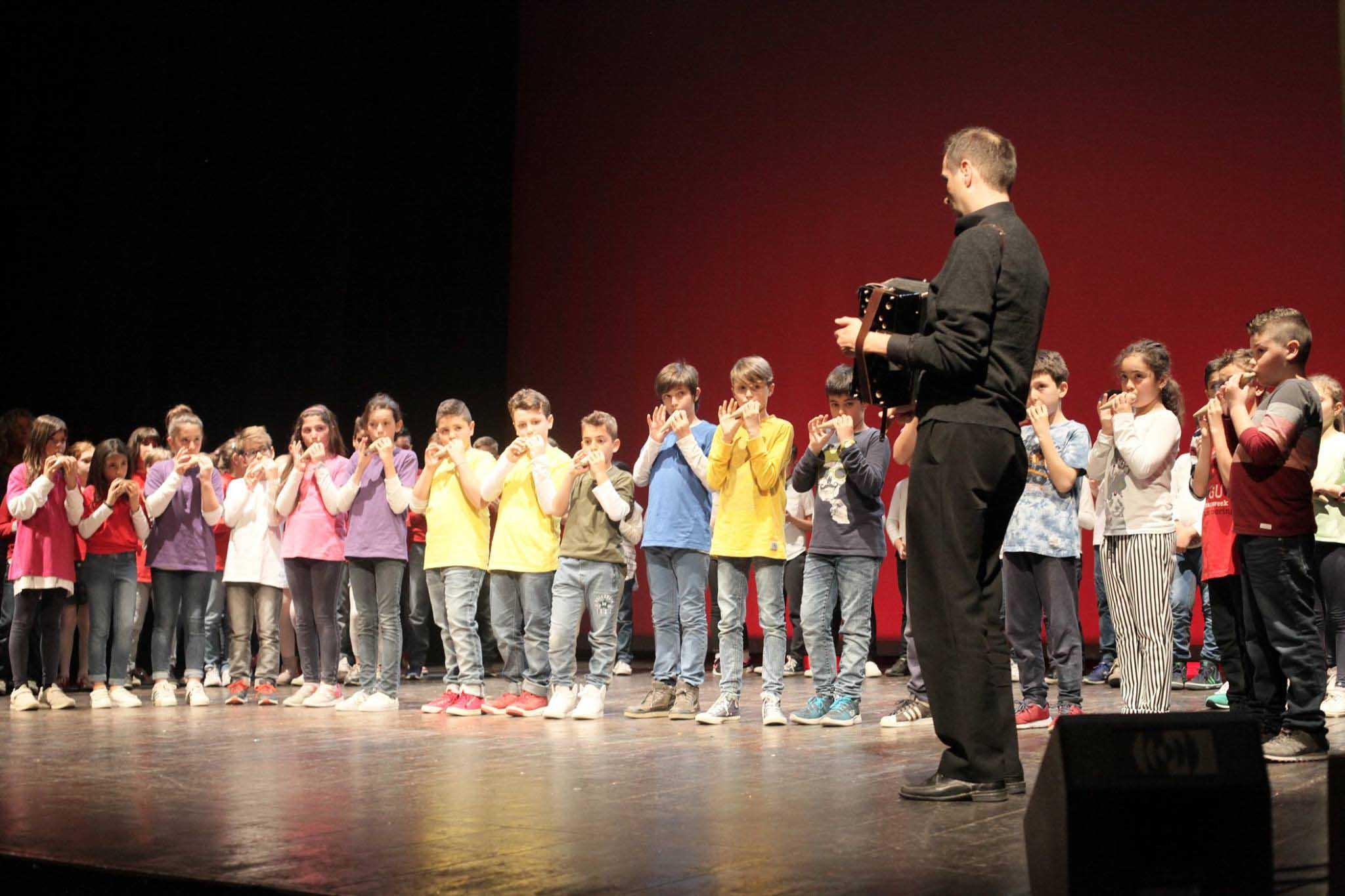 Un'orchestra a scuola, ocarina e archi per imparare a suonare