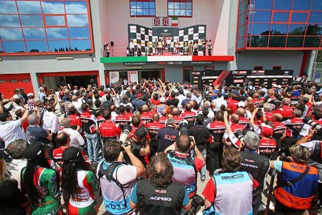 Sbk 2017, in 75 mila in tre giorni per il trionfo di Chaz Davies e della Ducati