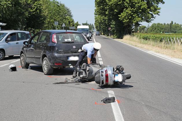 Scooter tampona un'auto lungo la via Emilia, un ferito