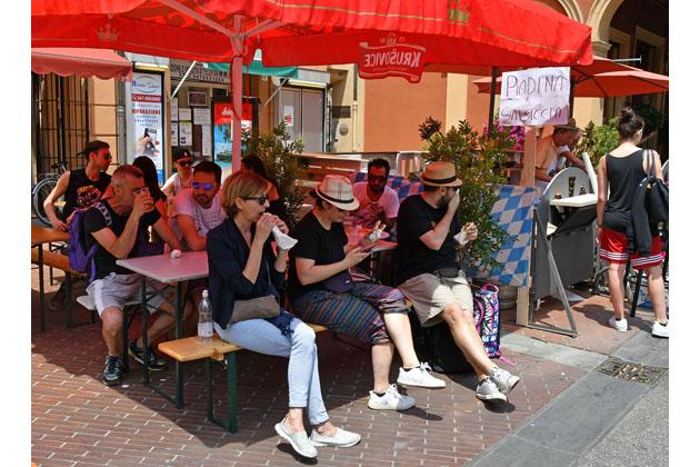 Guns N' Roses day a Imola, bar, locali e baracchine al lavoro per spillare birra a fiumi e vendere panini e piadine