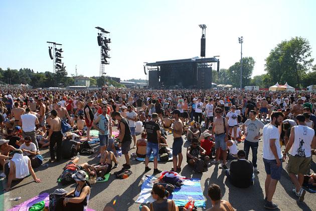 Guns N' Roses day a Imola, immagini dalla folla in attesa sotto il palco