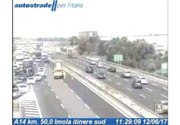 Incidente in A14, chiusa in direzione Faenza. Due feriti, code e disagi