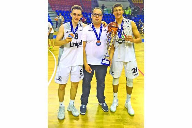 Virtus Bologna Campione d'Italia Under18 con i castellani Deri e Rossi e il dirigente Patuelli