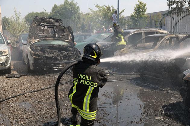 In fiamme sterpaglie in via Ercolani, bruciate una decina di auto usate del concessionario Easy Car