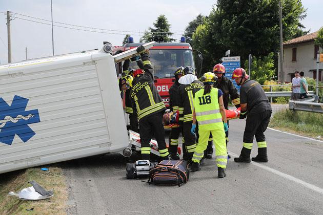 Un'auto nel fossato e un'ambulanza rovesciata tra via Correcchio e via Nuova