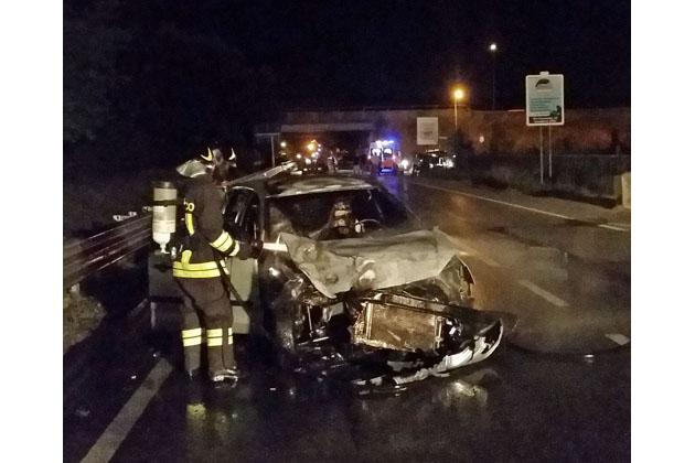 Tamponamento sulla via Selice, un'auto prende fuoco