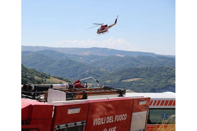 Incendio in collina, i vigili del fuoco soccorrono un 78enne