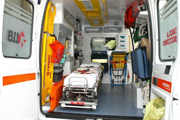 Ambulanza urta un'auto che svolta a sinistra in via Onorio II