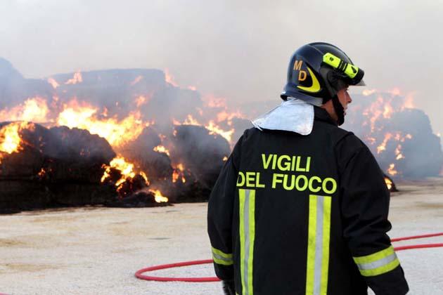 Zello, bruciano le sterpaglie in un fosso. Incendio spento in tre ore, si raccomanda la massima attenzione