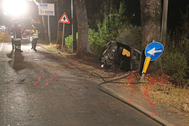Auto contro un albero sulla Montanara prende fuoco, muore carbonizzata una quarantaquattrenne di Borgo
