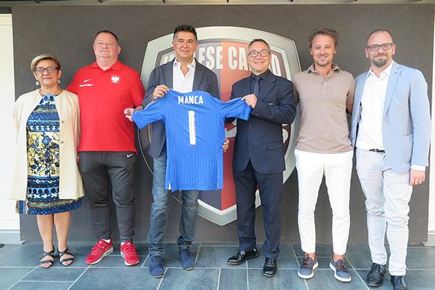 Calcio, la Nazionale Under 20 supera 6-1 la Polonia al Romeo Galli. Donata al sindaco la maglia azzurra