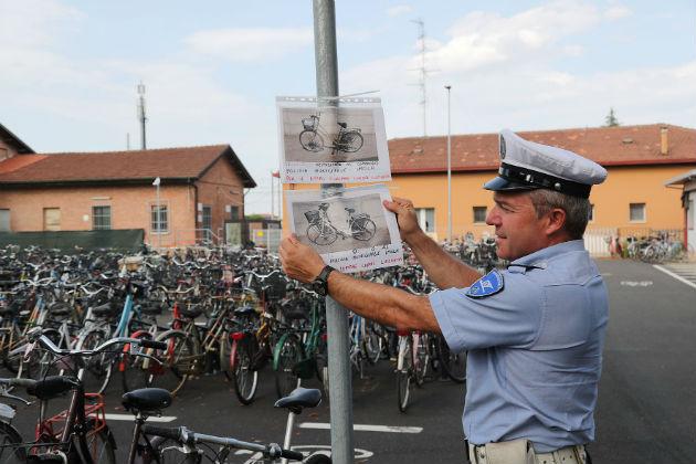 Ladri di biciclette colti sul fatto dai vigili in borghese. Una bici rubata comprata on line