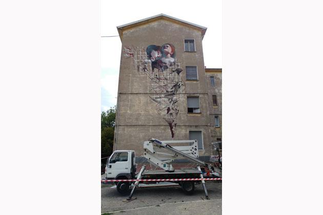 Un murale sulla bellezza per la casa popolare. RestArt comincia da via Villa Clelia 54