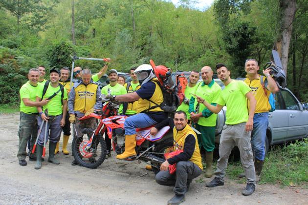 I volontari del gruppo Enduro Motor Valley bonificano il rio Caspa a Fontanelice