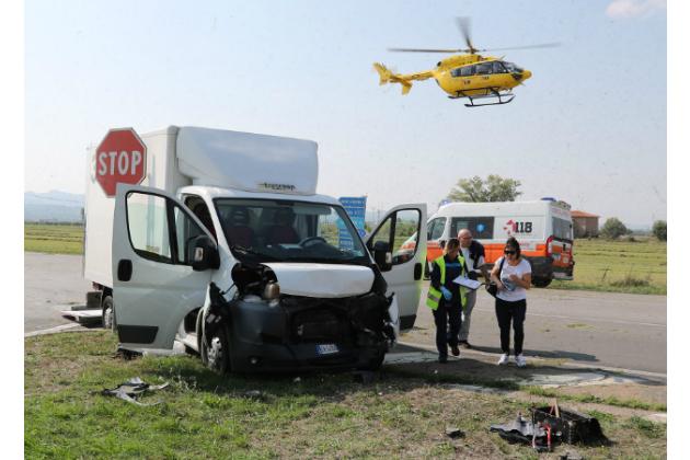 Frontale lungo la San Carlo all'uscita del casello dell'A14, ferita una 23enne