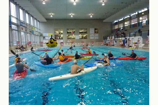 Una domenica con la canoa in piscina sabato sera for Piscina canoe