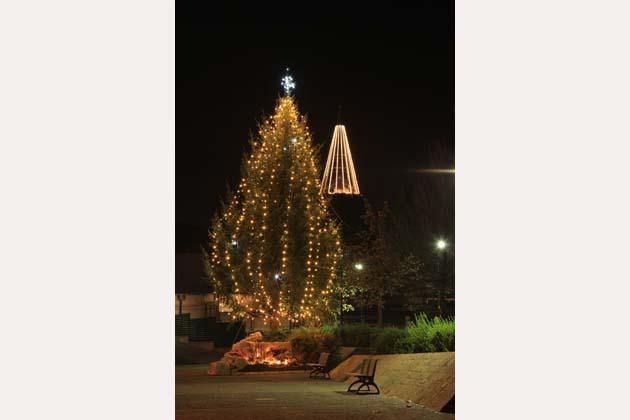 Mercatini e luci, Natale si accende