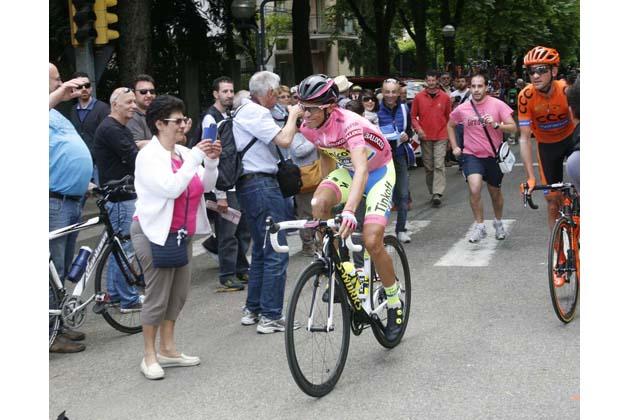 """Giro d'Italia, festa """"rosa"""" per la partenza della 12a tappa"""
