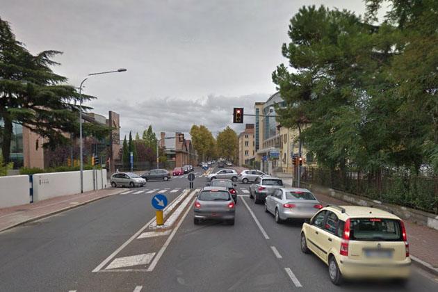 Ciclista investita sulle strisce pedonali