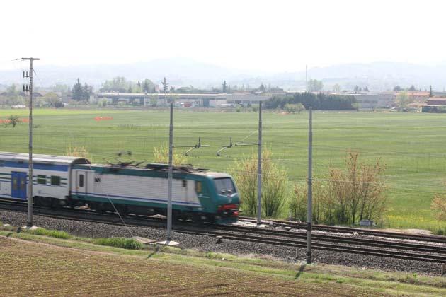 Donna investita dal treno e un guasto, ritardi