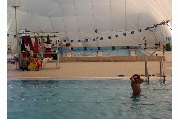 """In piscina si nuota sotto il """"pallone"""""""