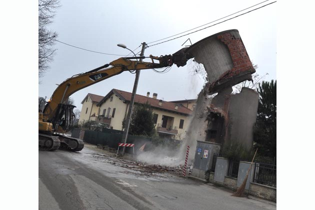 A Zello cominciano le demolizioni