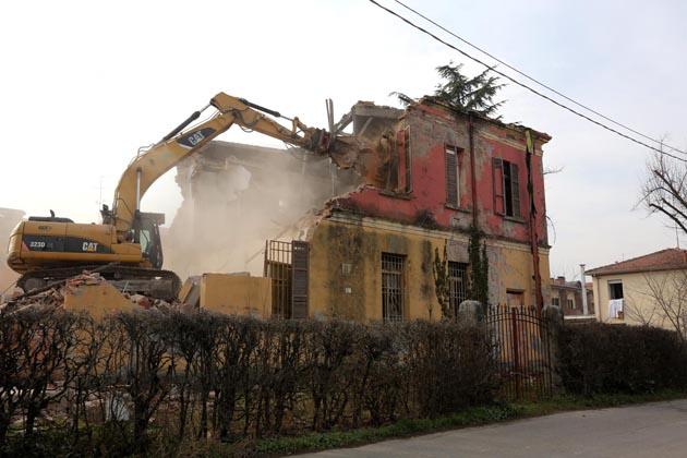 E' stata demolita la vecchia scuola di Zello