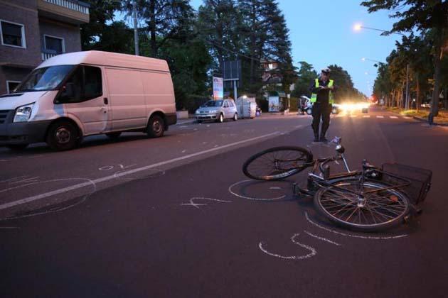 Due ciclisti feriti in strada, uno è grave