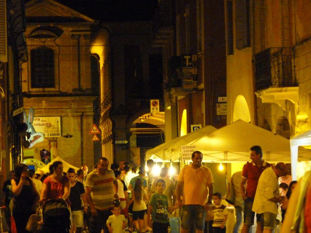 Festa in centro di venerdì, musica e mercatini