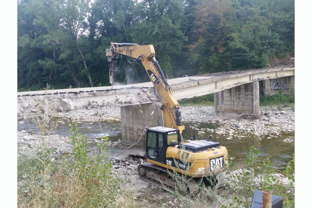 Macerato, iniziato l'abbattimento del vecchio ponte