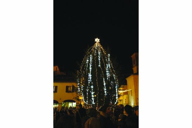 Luci e fiaccolata per il Natale a Castello