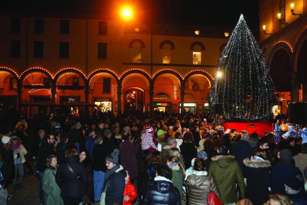 Si accendono le luci e l'albero in piazza Matteotti