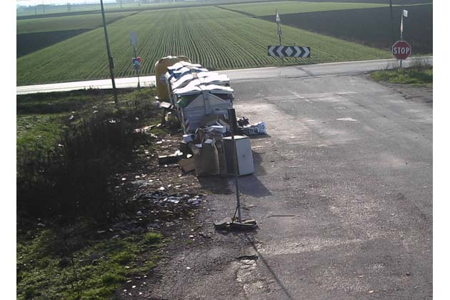 Troppi rifiuti abbandonati: eliminati i cassonetti in via Gaiana