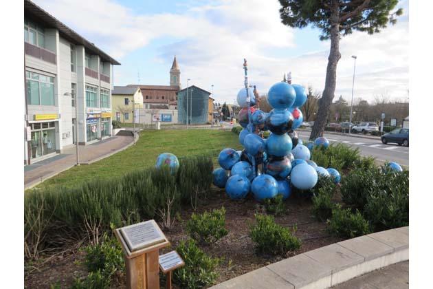 """Sfere """"riciclate"""" in piazza a Toscanella"""