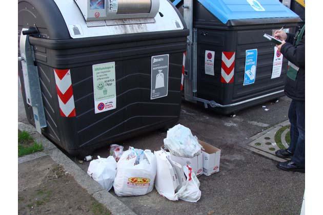 Nuova raccolta rifiuti, 15 multe delle gam per sacchi lasciati fuori dai cassonetti