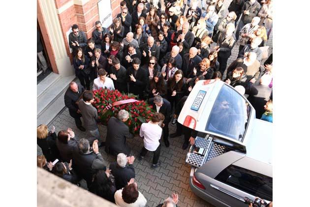 Folla di gente al funerale di Romano Cenni, fondatore del Mercatone Uno