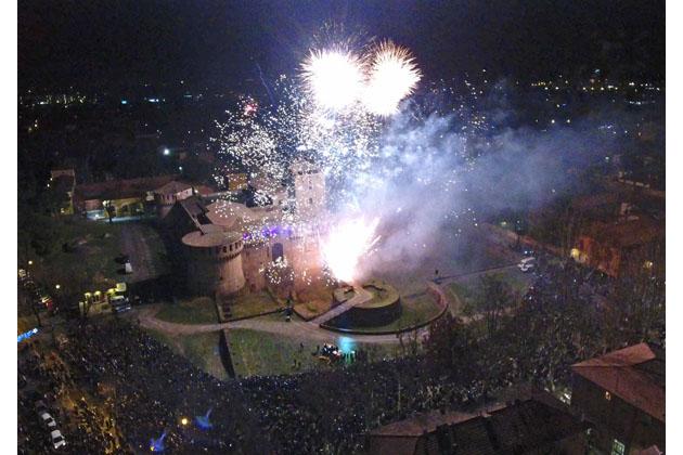 Capodanno, alla Rocca sforzesca spettacolo e fuochi d'artificio ma niente bottiglie di vetro nè petardi