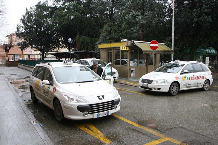 """Taxi, ritorna lo """"sconto' notturno per le donne e nuove postazioni al Borghetto e in zona industriale"""