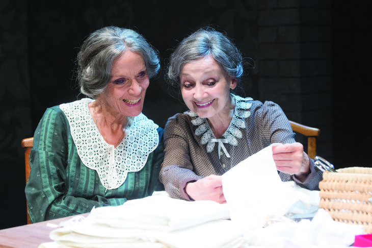 Milena Vukotic e Lucia Poli in scena al teatro Stignani con le «Sorelle Materassi»