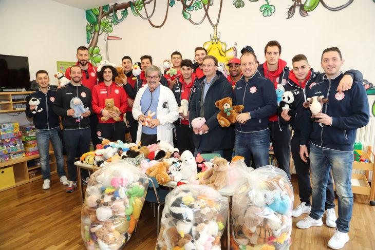 L'Andrea Costa dona 200 peluches alla pediatria imolese