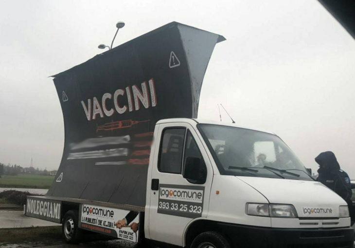 """Castel San Pietro, pubblicità """"No vax'' non autorizzata: rimozione e multa"""