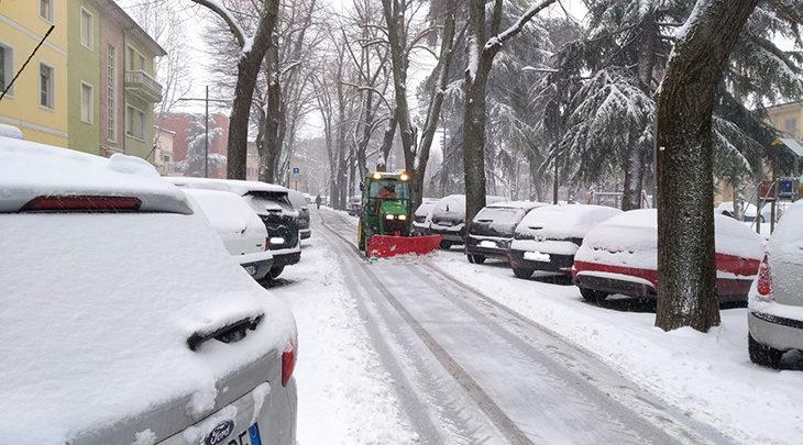 Neve, scuole chiuse solo in vallata. Mezzi e forze dell'ordine al lavoro per la sicurezza delle strade