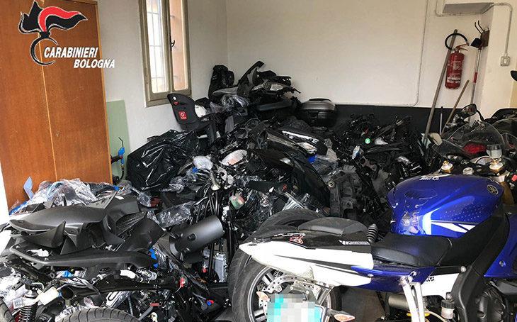 Scoperte in un casolare otto moto rubate, le smontavano per spedirle all'estero. Denunciati due uomini