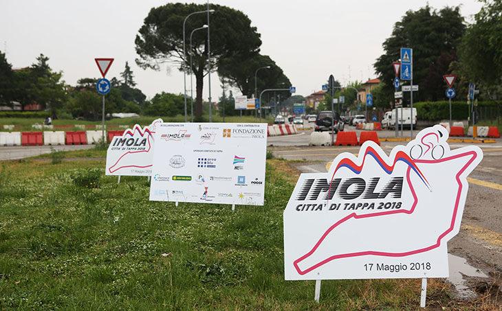 Giro d'Italia a Imola 2018, in città arrivano le sagome, in attesa dei ciclisti veri
