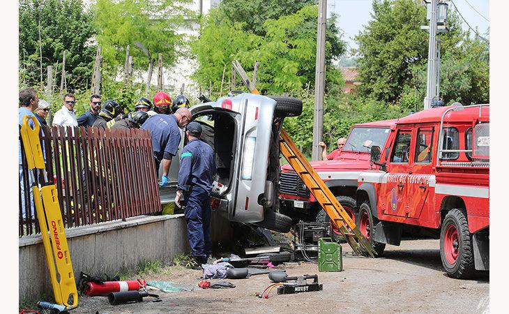 Auto contro un muretto in via Punta, la conducente portata con l'elisoccorso al Maggiore