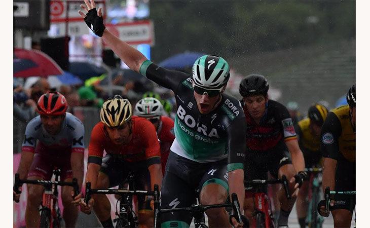 Giro d'Italia 2018, a Imola trionfa l'irlandese Sam Bennett della Bora Hansgrohe