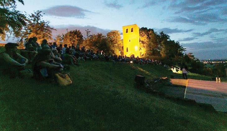 Teatro e danza al chiaro di luna ai piedi della Torre campanaria di San Pietro