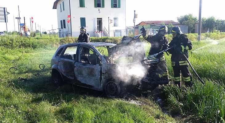 """Incidente tra via Nuova e via Correcchio, un'auto prende fuoco. A breve arriverà il semaforo """"intelligente'"""